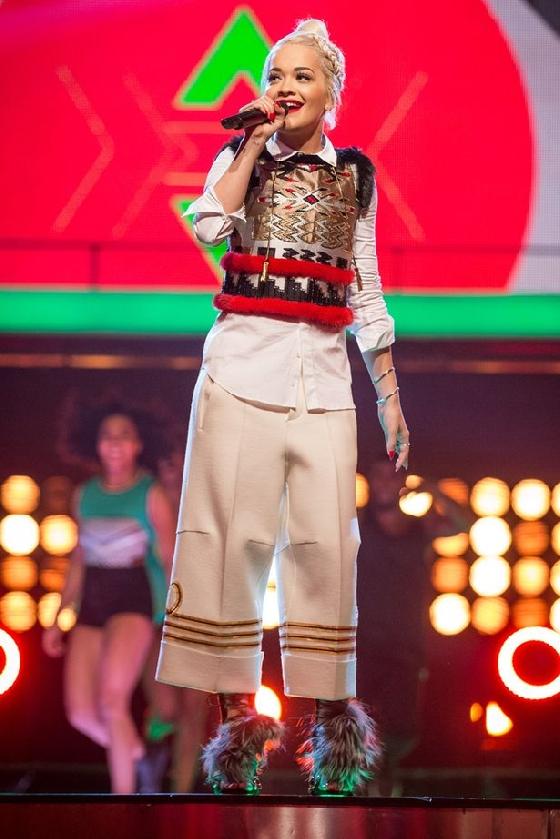 芮塔歐拉在表演時也穿上毛毛鞋。