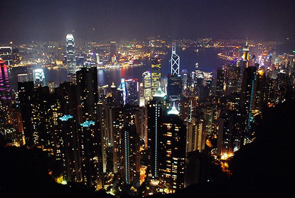 2. 搭乘山頂電車往山頂公園 山頂公園位在香港島最高的太平山上,可以看到香港美麗的夜景