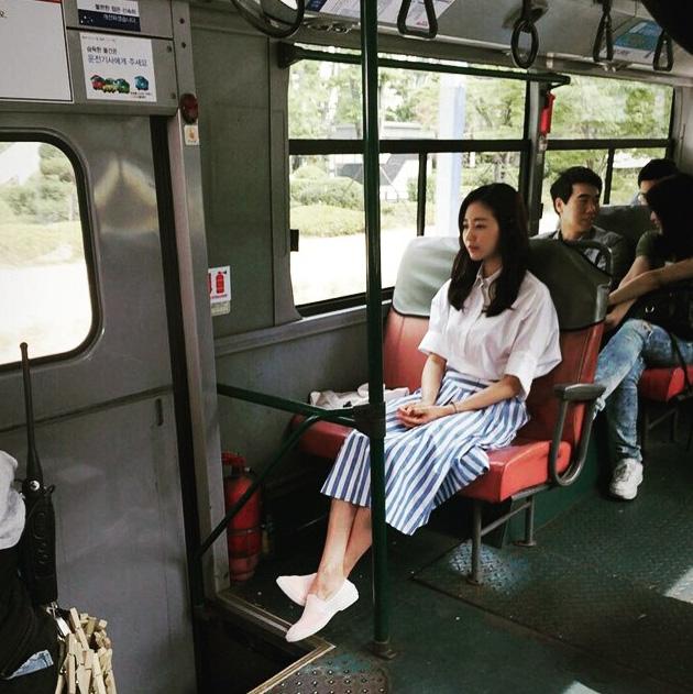 就像平民老百姓搭公車….在同一台公車上的人都一定會想多看幾眼吧