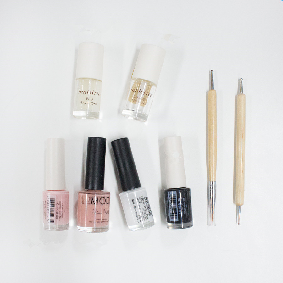 首先來看看今天需要準備的材料 : 打底指甲油,透明護甲油,粉紅色,白色,黑色,淺咖啡紅色指甲油,畫筆,疊色推棒