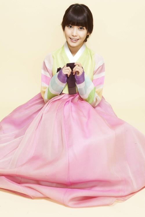 不愧是國民妹妹,穿上韓服還是像小妹妹一樣很可愛