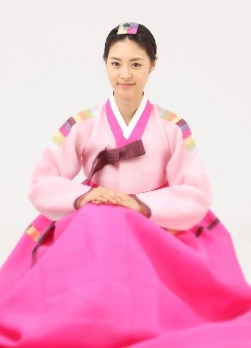 美貌是天仙水準的李沇熹,就算穿起韓服還是好適合好漂亮
