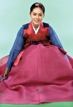 許多藝人的理想型,韓佳人,會在家裡和老公延政勳配一套情侶韓服嗎?