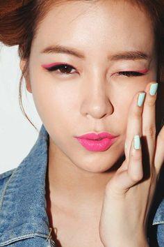 2.粉色系  如果你還沒有嘗試過彩色眼妝,可以先試試粉色系,它的顏色較淡,也比較好掌握,不過要注意,粉色眼妝的範圍不要畫太廣,不然會很像歌仔戲哦,只要點到為止就可以了。