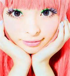 3.冷色系  搞怪歌姬卡莉怪妞的紫綠色眼妝你有沒有很想嘗試呢?其實冷色系的搭法比上述的橘色系及粉色系還多呢!冷色系除了可以跟同色系的顏色重疊之外,跟對比色重疊也很好看喔,例如說卡莉怪妞擦的紫色跟綠色或是藍色跟灰色、紫色跟黃色等等,不過要注意面積,如果畫太大片看起來會太突兀。