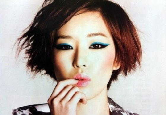 不過佳仁也有擦過藍色眼線,這讓她的單眼皮更有魅力了呢!