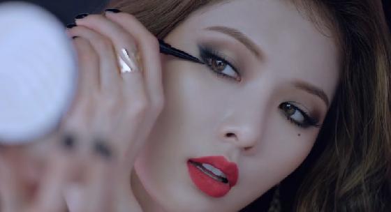 泫雅在廣告及MV〈RED〉裡的這兩款眼妝,比較被一般人接受,參雜一點大地色系的灰藍色眼妝,讓她的眼神更加性感了。