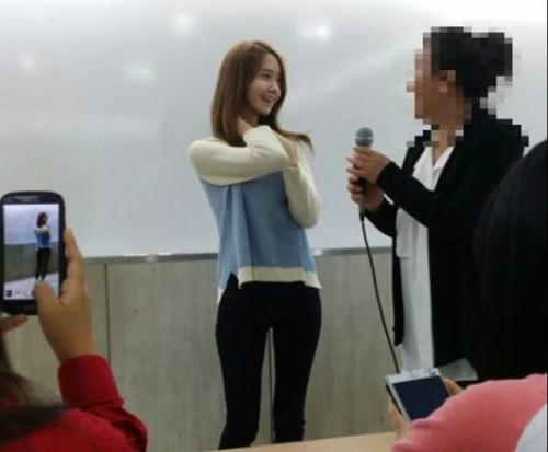 (然後同學自動拿起手機拍攝) 誒誒,同學!上課認真一點,不要搞偷拍拉!>////<