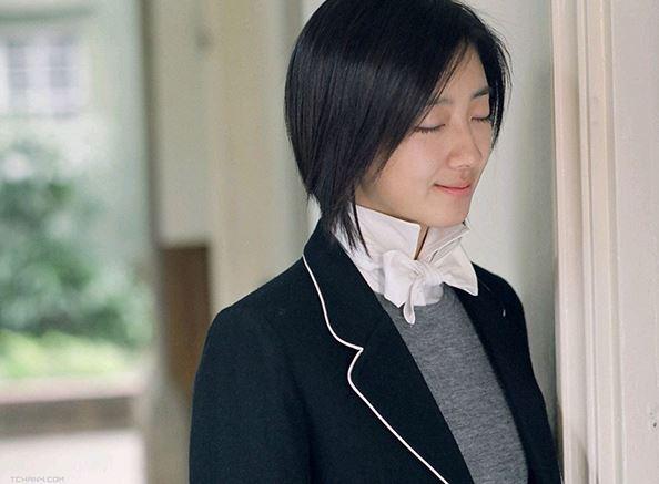 因為在電影<不能說的秘密>裡飾演女主角路小雨,在韓打開知名度