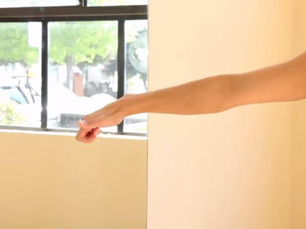 第一個動作是先把雙手各往左右伸直,然後手先做一個比「讚」的動作