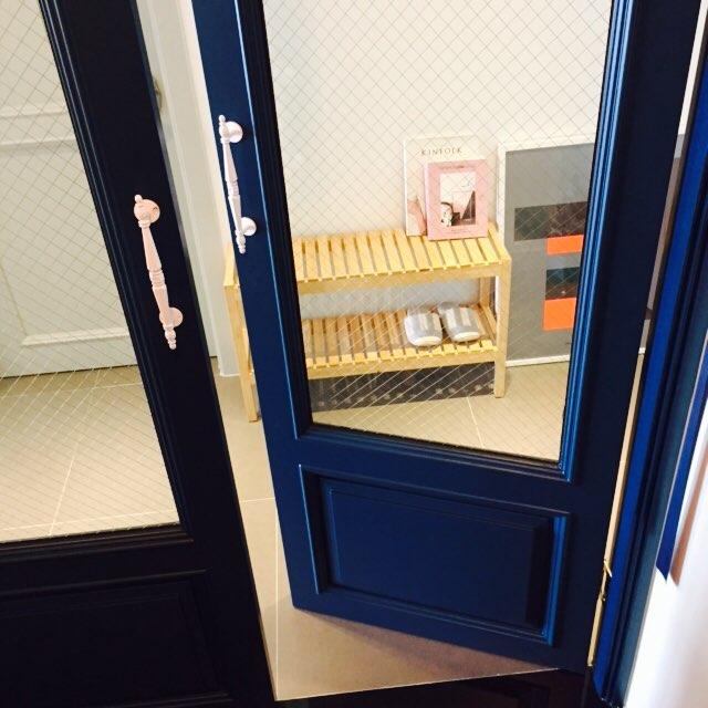 就從玄關進入室內的部分開始看起吧!海軍藍的中門&細網狀玻璃的組合,蠻漂亮的呢:)