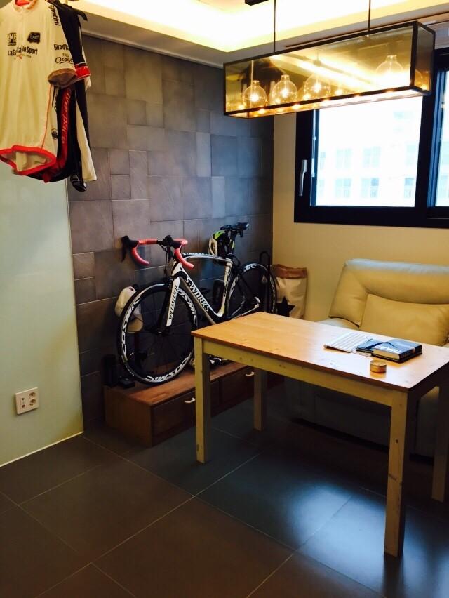 阿~好大的原木書桌,原來這裡是書房呢!一旁看起來很厲害的腳踏車,又是裝飾品,又能提醒自己要記得運動