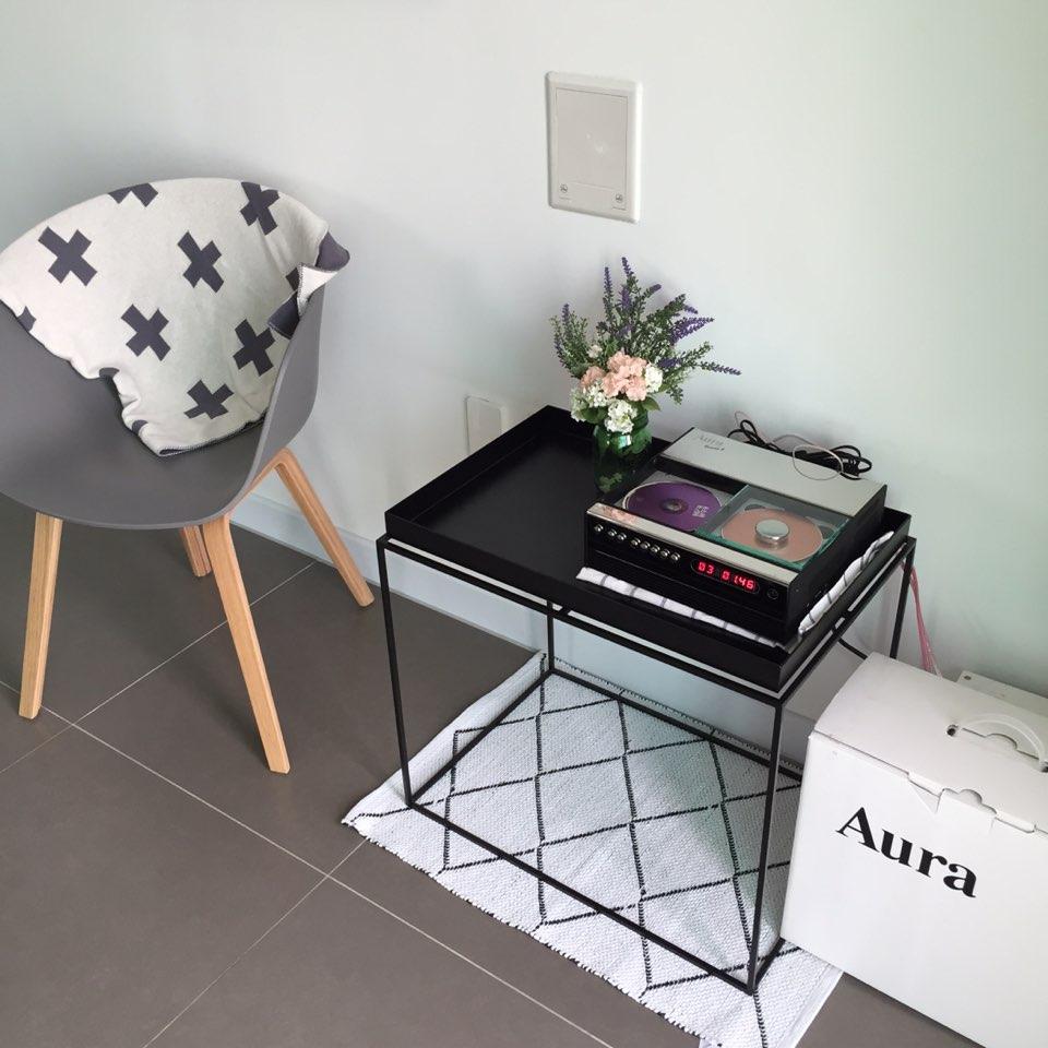 就用北歐風格的椅子與具現代感的邊桌,打造個時尚的走道吧B)