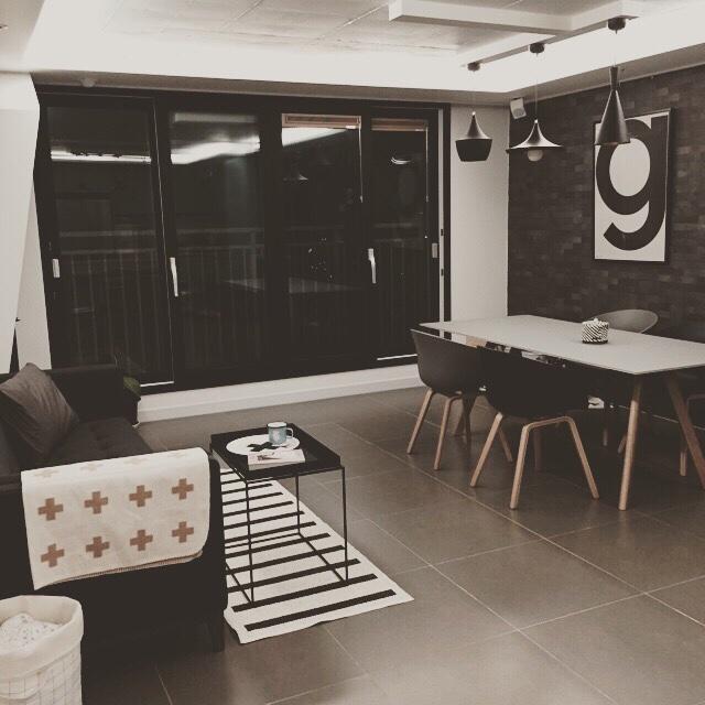 靠著傢俱和牆壁地板的材質而提升的摩登感,以上客廳完成!