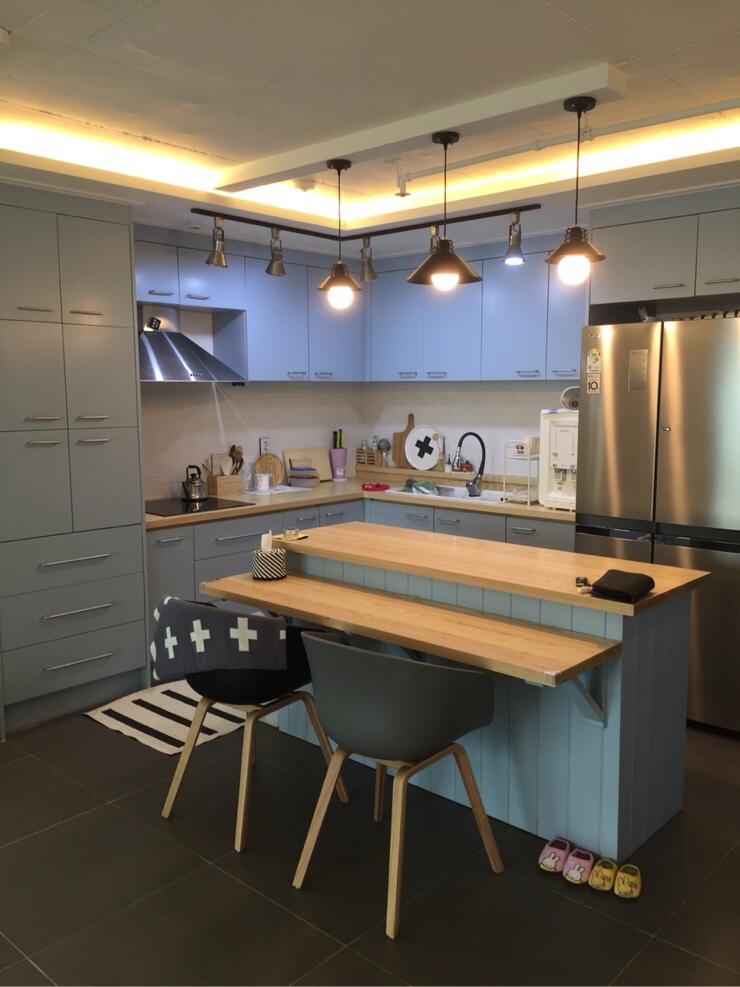 接下來走到廚房!灰色的瓷磚地板+天藍色的愛爾蘭式餐桌&中島桌