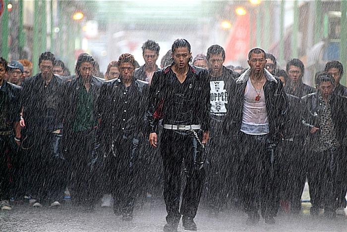 每到這種精彩畫面,要出動打鬥的時候,就是要先來一場大雨,先淋濕才能顯出MAN味!!!