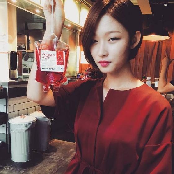 最近在韓國有許多以吸血鬼為主題的漫畫、電視或是電影,這讓許多人對於吸血鬼將血袋做為主食充滿想像。無論現今是否有吸血鬼,現在在韓國有個讓你體驗吸血鬼的小樂子:美妝品牌TONYMOLY近期推出以捐血袋做外型設計的「血袋沐浴乳」(Horror Fantasy Red Blood Wash),加上鮮紅色的沐浴乳,看起來就跟真的血袋一樣,放在浴室驚悚度絕對百分百呀!