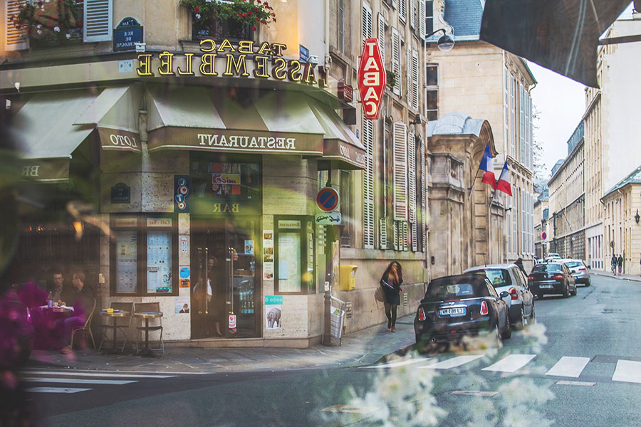話說,在歐洲遇見的人們,特別是法國人,大部份都會推薦自家附近巷內的咖啡廳,餐館,小酒吧,或是雜貨鋪呢!