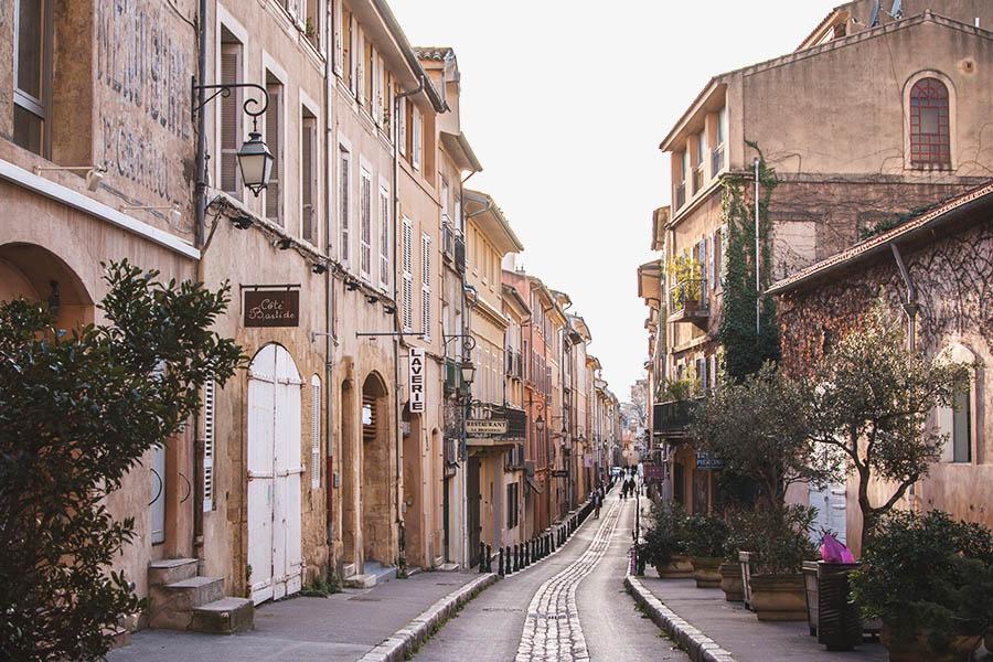 而且這些巷弄商圈的存在,更是象徵著一個國家經濟是否還欣欣向榮的代表呢!