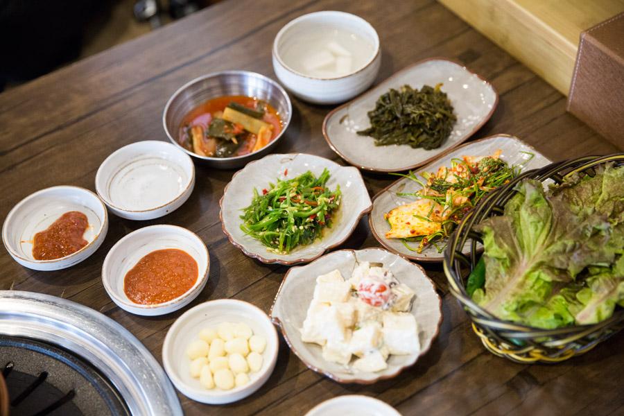 先送來5種各式小菜!對了~韓國的小菜基本上都可以在續唷~