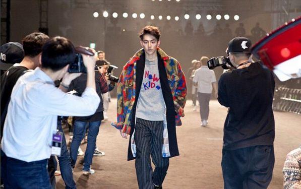 你知道他身高高達 188cm,在模特兒時期就以俊美外貌吸收了很多粉絲呢~ (跟吸收會員的概念一樣XD)