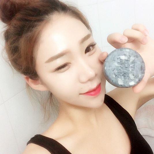 現代人對於肌膚保養越來越重視,而我們總會羨慕拍照時總是能有透亮膚質的韓妞,今天妞編輯就要來揭露擁有亮麗膚質的小秘密,就是有被稱為「國民肥皂」的潔面皂!在Instagram等各大SNS上都有相關標籤,到底這讓韓國女性瘋迷的小小的肥皂的魅力是什麼?讓妞編輯介紹給大家吧!