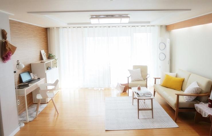 接下來是客廳。白色跟原木調的組合,讓整個空間看起來乾淨整齊
