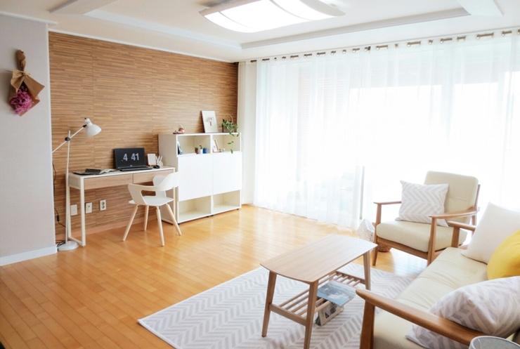 在沙發的對面利用小書桌,代替了原本的電視櫃空間。(可以依照個人喜好做調整)