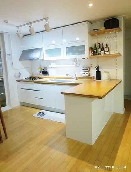 流理台櫃子的部分,用新的貼片改成明亮的白色系,檯面則全部更改為原木材質!