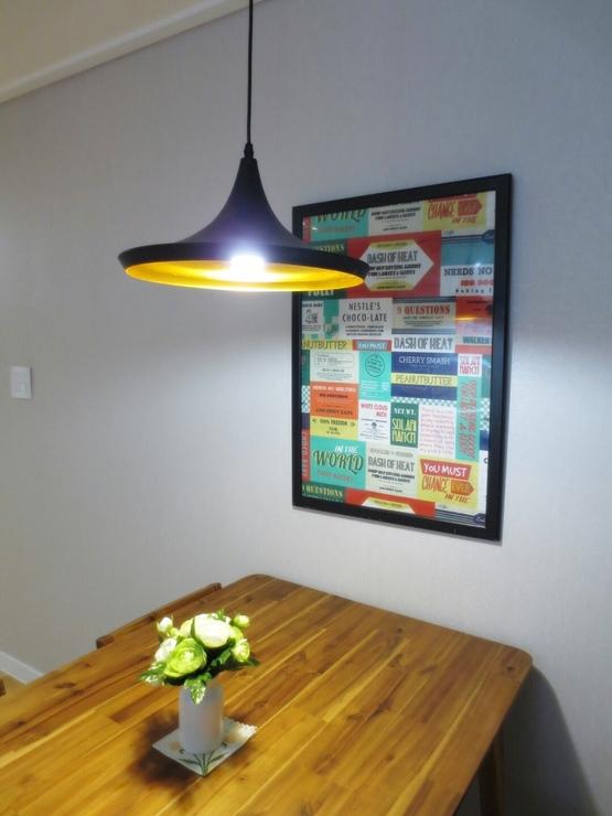 餐桌上方的燈罩&牆壁上的掛畫,帶有復古風氣,點墜整個餐廳的重點