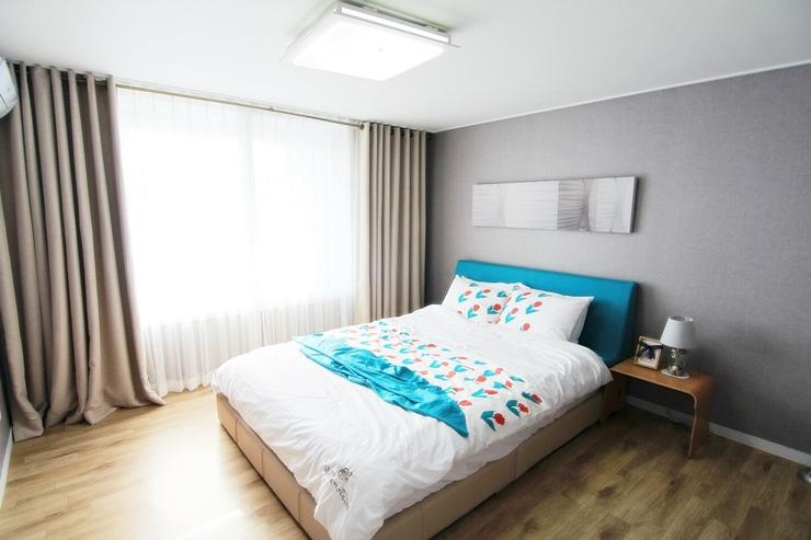 接下來是臥室~為了良好的休息環境,整個臥室只放了床,以及小小的檯燈&小桌子