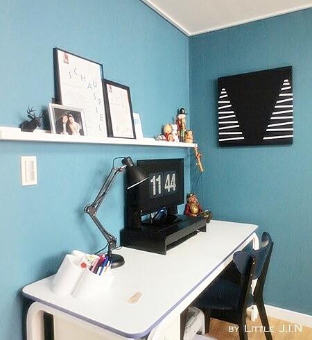 牆壁則用土耳其藍,與黑&白色的傢俱、裝飾做搭配~