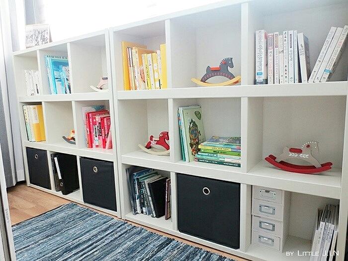 小房間裡的陽台果然也是改成放書櫃的地方,將空間作為最大使用