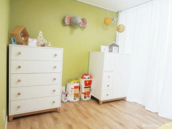 來到了孩子們的房間~溫和的黃綠色的牆壁與白色的傢俱,充滿孩子們的天真味道