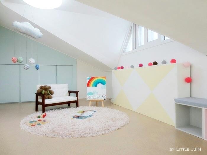 你可以自由擺飾,例如放張小孩版的沙發+毛地毯~變成他獨自的小天地