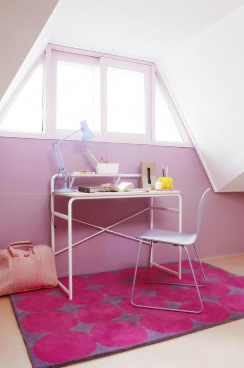 工作桌前的牆面特別漆上粉色系~應該是女主人的空間吧~