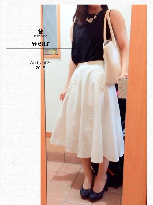 高腰A字長裙  黑白色系算是穿搭中的安全色,如果剛開始不知道怎麼搭可以試試看這種穿搭。