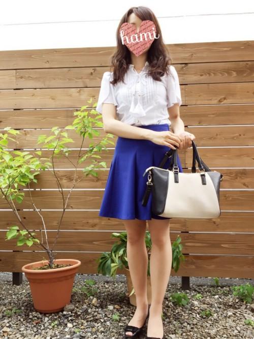 A字短裙平時上班也可以搭,你可以選擇比較硬挺材質的短裙配上襯衫,看起來既專業又不失時尚感。
