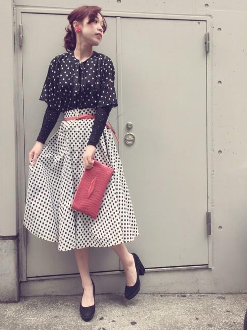 除了素色的長裙,還有條紋、格紋、點點的款式可以挑選,不過下身比較花的話,上身建議穿素一點,不然整個人看起來會太多重點。