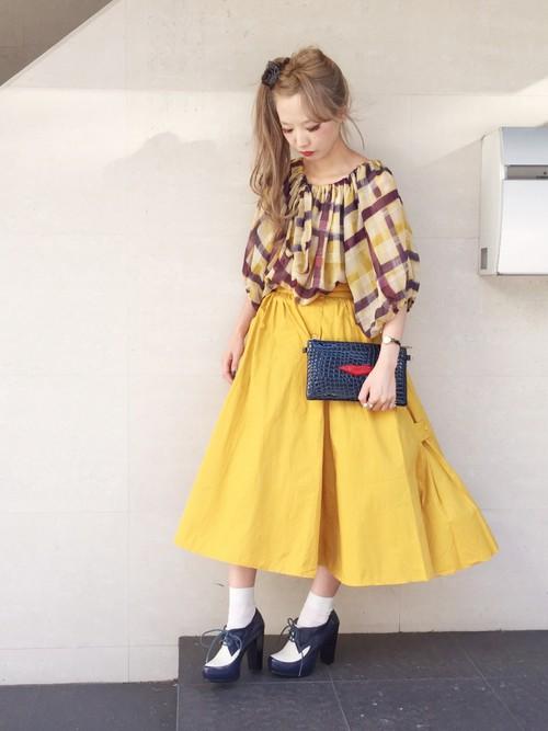 相反的,上身較花,就可以搭素面的裙子來凸顯衣服的特色。