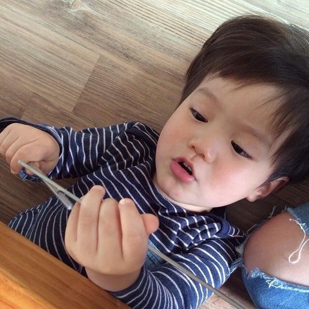 已經2歲的他長相遺傳到爸爸混血的優良基因,水汪汪如彈珠般咕溜的大眼睛,無辜盯著鏡頭時讓人完全無法招架。