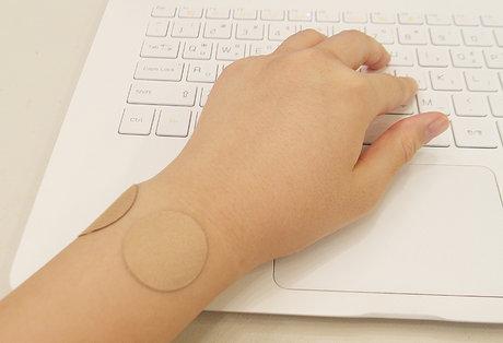 別看它這樣小小的一塊,只要貼在酸痛處,就能有效紓緩疼痛呢B)