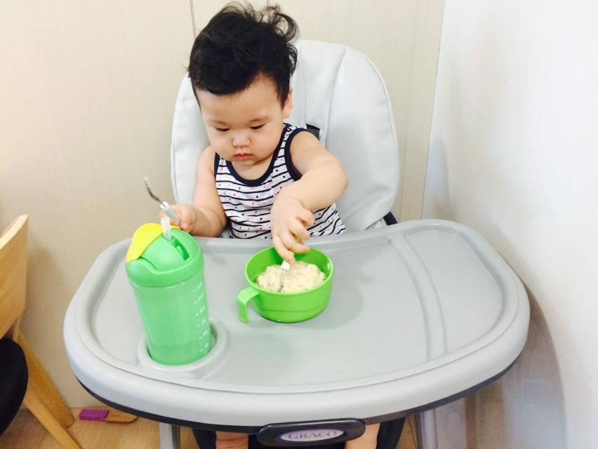 1. 吃飯的時候 感覺他是可以用勺子把飯送到嘴裡的...呵呵 等他吃完後整個小餐桌都成米飯沙灘了.. 額~還是我餵吧! !