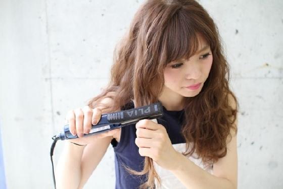 到底怎麼用離子夾夾出如此好看的捲度呢?讓我們跟著日本人氣模特兒西內瑪麗亞的示範來學習吧!