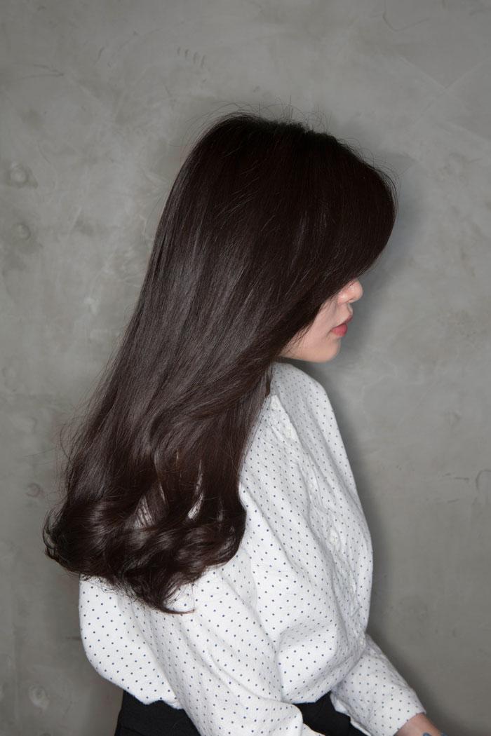 雖然是沒有特別整理、自然垂下的頭髮,但是髮尾部分的生動捲度,讓小編的頭髮看起來非常有女人味:)