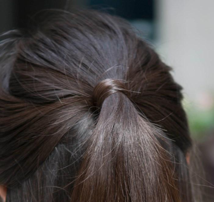在這裡,我們的設計師,特別提供了各位女孩們一個髮型上的小秘訣!那就在綁起公主頭橡皮圈的地方,以一撮長髮簡單的纏繞住橡皮筋的部位~記得把橡皮筋遮起來,讓髮型看起來更佳完美唷^^