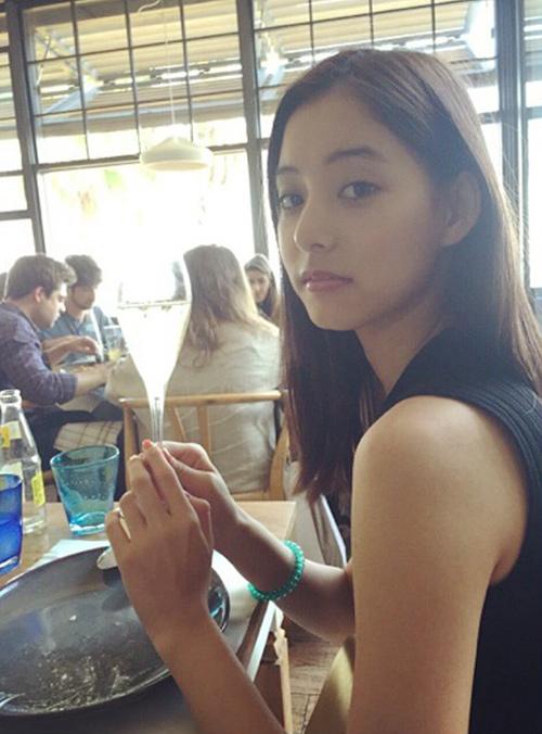 不過,大家看著看著...不覺得她長得很像哪兩位大家都很熟知的韓國藝人嗎?