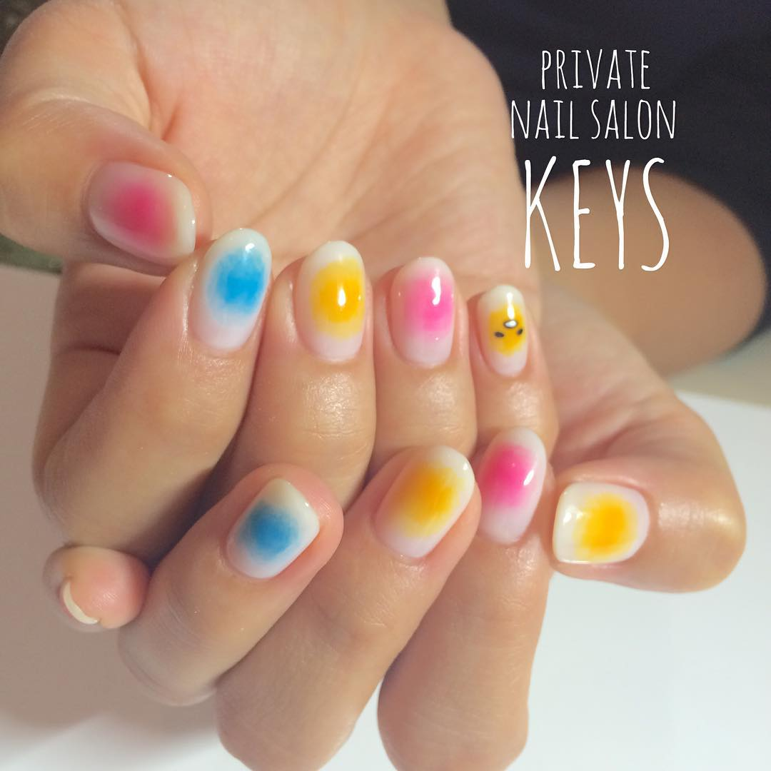 妞編輯很喜歡這一款的搭配法,粉色系的紅、藍、黃三色搭配已經夠可愛,黃色指彩上還可以再加上蛋黃哥的表情,實在大、加、分吶!(尖叫)