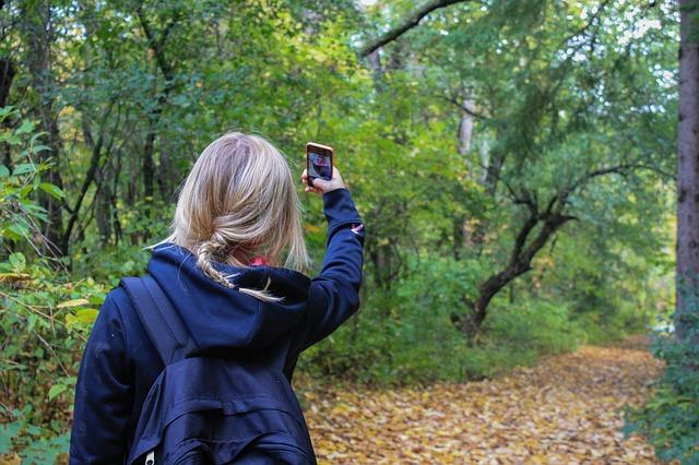 在網上跟別人比較、透過自拍照,把自己的日常生活有趣的與人分享,或是炫耀等的傾向都包含在內!特別是在這種速度相當快的網路世界裡,自然而然的Social media成為了以自拍照吸引人們關心的最好媒介!