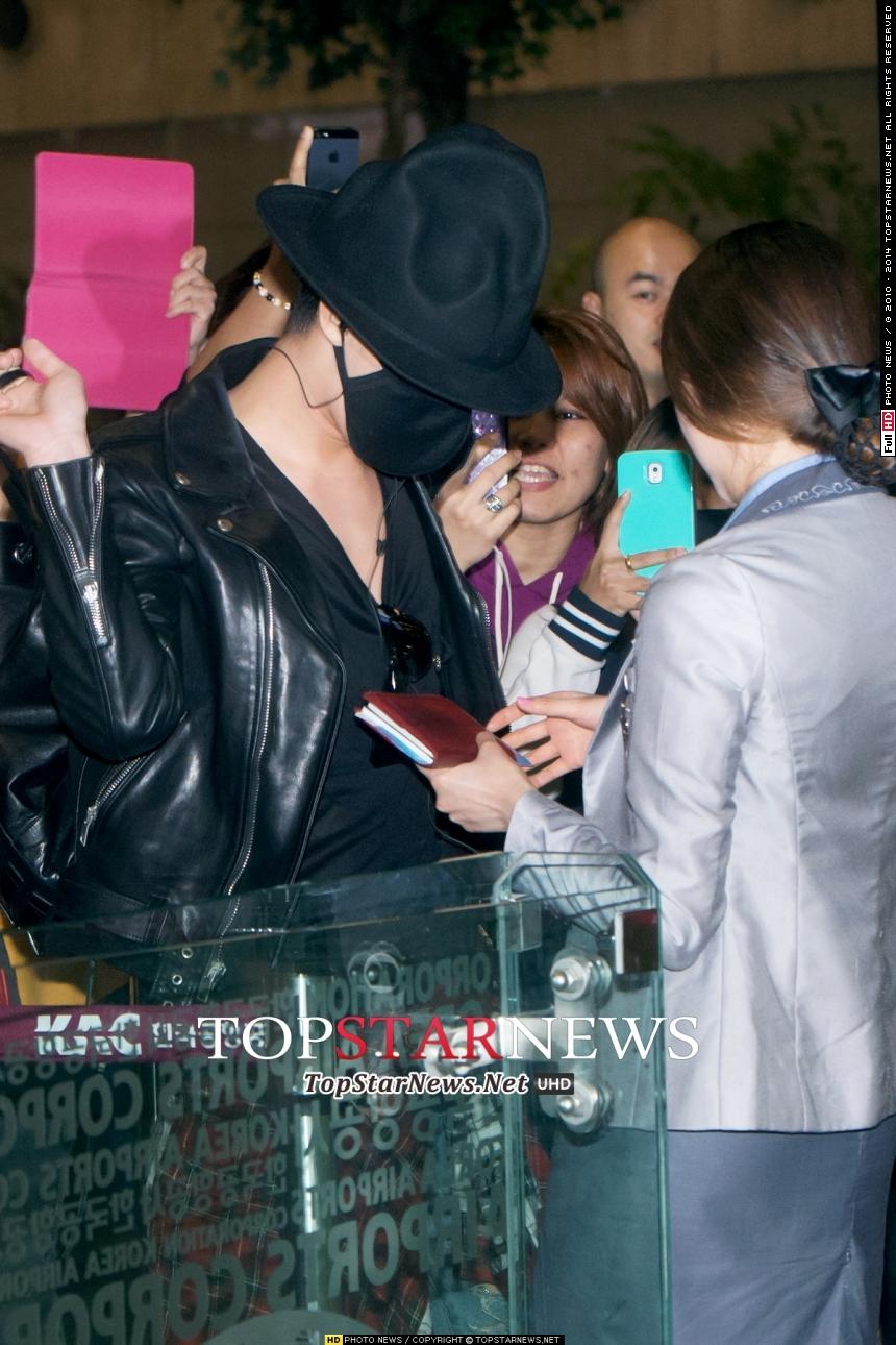 而且仔細觀察最近他在機場,都把臉遮得密不透風,看起來很辛苦啊T_T